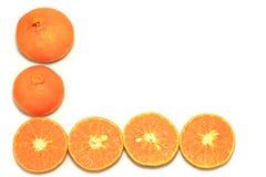 Orange mandarin- eller tangerinfrukter, med gröna sidor på vit bakgrund Arkivfoto