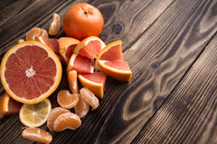 Orange mandarin som är röd på trä royaltyfria foton