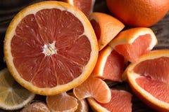 Orange Mandarinenrot auf Holz Stockbild