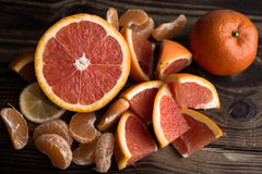 Orange Mandarinenrot auf Holz Lizenzfreies Stockbild
