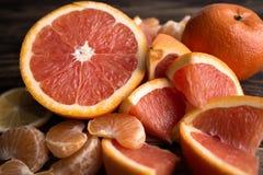 Orange Mandarinenrot auf Holz Stockbilder