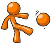 Orange Mann, der Fußball spielt Lizenzfreie Stockbilder