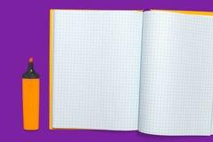 Orange Markierung nahe einem Arbeitsbuch stockfotos