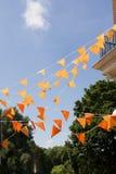 Orange Markierungsfahnen stockfotografie
