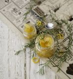 Orange marmelad i litet exponeringsglas skorrar med rosmarin, selektiv fokus Royaltyfri Foto