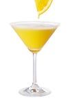 Orange Martini mit neuem Orangensaft-Tropfen Stockbild