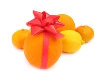 Orange med den röda gåvabowen Royaltyfria Foton
