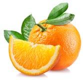 Orange mit Blättern über Weiß Stockfoto