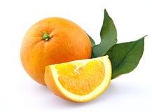 Orange mit Blättern über Weiß Lizenzfreie Stockfotografie