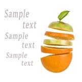 Orange mit den fallenden Scheiben des Apfels und der Orange Lizenzfreie Stockbilder