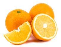Orange mit den Scheiben lokalisiert auf einem weißen Hintergrund Lizenzfreie Stockbilder