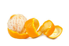 Orange mit der abgezogenen gewundenen Haut lokalisiert auf Weiß Lizenzfreie Stockbilder