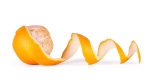 Orange mit der abgezogenen gewundenen Haut lokalisiert auf weißem Hintergrund Lizenzfreie Stockfotografie