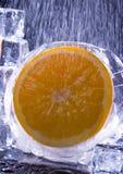 Orange mit Eiswürfeln Lizenzfreies Stockbild