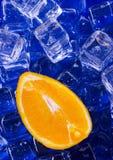 Orange mit Eiswürfeln Lizenzfreies Stockfoto