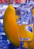 Orange mit Eiswürfeln Lizenzfreie Stockfotografie