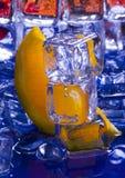 Orange mit Eiswürfeln Stockfotografie