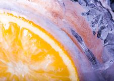 Orange mit Eiswürfeln Lizenzfreie Stockfotos