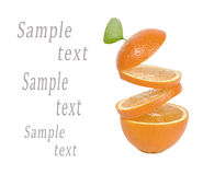 Orange mit fallenden Scheiben auf einem weißen Hintergrund Stockbild