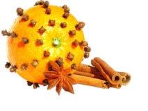 Orange mit Glühweinbestandteilen Stockfoto