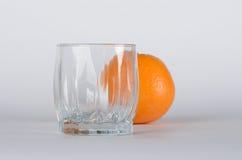 Orange mit Glas Stockbilder