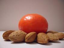 Orange mit Mandeln Stockfoto