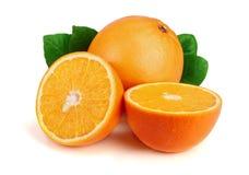 Orange mit Scheibe und Blatt lokalisiert auf dem weißen Hintergrund Lizenzfreies Stockbild