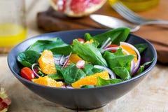 Orange mit Spinats- und Granatapfelsalat Lizenzfreie Stockfotos
