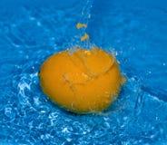 Orange mit Wasserspritzen Lizenzfreies Stockfoto