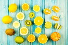orange moget kiwi citron limefruktfrukt på trätappningbakgrund sund vegetarian för mat Royaltyfri Bild
