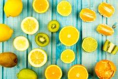 orange moget kiwi citron limefruktfrukt på trätappningbakgrund sund vegetarian för mat Royaltyfria Foton