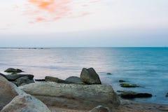 Orange moln över havet Royaltyfri Fotografi
