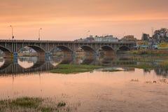 Orange Morgenhimmel über Brücke in Madurai Lizenzfreies Stockbild