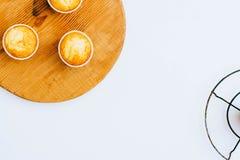 Orange Muffins auf einem hölzernen Brett Lizenzfreie Stockfotos