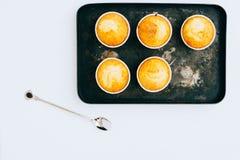 Orange Muffins auf einem Weinlesemetallbehälter Lizenzfreies Stockbild