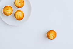 Orange Muffins in den weißen Platten auf einem weißen Hintergrund Stockfotografie