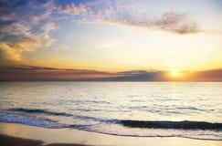 Orange mystischer Sonnenuntergang auf dem Meer Lizenzfreies Stockbild