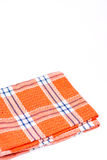 Orange nagelneues Küche dishtowel über weißem Hintergrund Stockbild