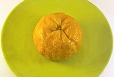 Orange Nahaufnahme auf grüner Platte Stockfoto