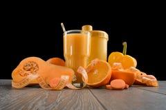 Orange Nahrung auf Holztisch stockfotografie