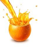 Orange ny frukt som klipps i halva, med en fruktsaftfärgstänk i mitt. Arkivfoto