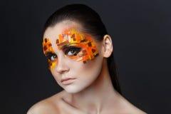 Orange och röda bergkristaller på en flickaframsida Arkivbilder