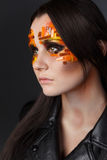 Orange och röda bergkristaller på en flickaframsida Royaltyfri Fotografi
