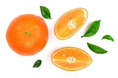 Orange oder Tangerine mit den Blättern lokalisiert auf weißem Hintergrund Flache Lage, Draufsicht Lokalisiert auf einem weißen Hi Stockfoto