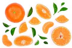 Orange oder Tangerine mit den Blättern lokalisiert auf weißem Hintergrund Flache Lage, Draufsicht Lokalisiert auf einem weißen Hi Lizenzfreies Stockbild