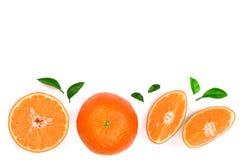 Orange oder Tangerine mit den Blättern lokalisiert auf weißem Hintergrund mit Kopienraum für Ihren Text Flache Lage, Draufsicht Lizenzfreie Stockbilder