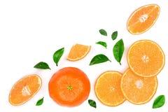 Orange oder Tangerine mit den Blättern lokalisiert auf weißem Hintergrund mit Kopienraum für Ihren Text Flache Lage, Draufsicht Lizenzfreie Stockfotos
