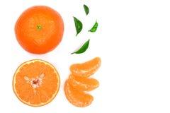 Orange oder Tangerine mit den Blättern lokalisiert auf weißem Hintergrund mit Kopienraum für Ihren Text Flache Lage, Draufsicht Stockfotografie