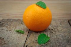 Orange, orange, orange auf dem Holztisch Stockbilder
