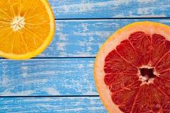 Orange Pampelmuse in einem Schnitt auf einem hölzernen Hintergrund Lizenzfreie Stockfotografie